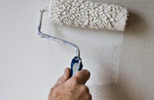 sauzen muur door schilder
